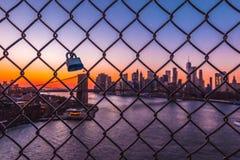 Amour verrouillé à Manhattan Birdge Images stock