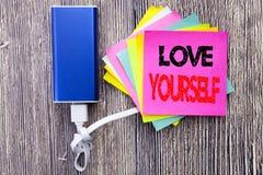 Amour vous-même Concept d'affaires pour le slogan positif pour vous écrit sur la note collante avec l'espace de copie sur le vieu Images libres de droits