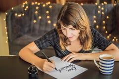 Amour vous-m?me Le calligraphe Young Woman ?crit l'expression sur le livre blanc Inscrire les lettres d?cor?es ornementales photos stock