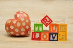 Amour vrai écrit avec les blocs colorés d'alphabet Images stock