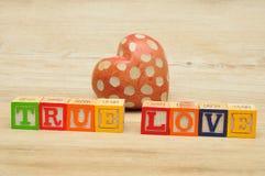 Amour vrai écrit avec les blocs colorés d'alphabet Image stock