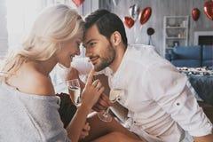 Amour vrai Champagne potable et sourire de beaux jeunes couples Image libre de droits