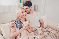 Amour vrai Le couple romantique gai se repose sur le sofa sous le coz Photos stock