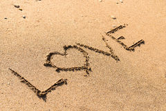 Amour Word sur le sable de plage Image stock