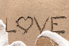 Amour Word sur le sable de plage Photo libre de droits