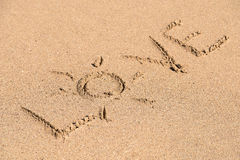 Amour Word sur le sable de plage Photo stock
