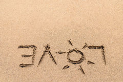 Amour Word sur le sable de plage Images stock