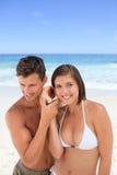 Amoureux écoutant leur interpréteur de commandes interactif Photo stock
