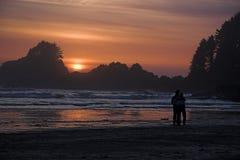 Amoureux au coucher du soleil Photos stock