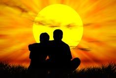 Amoureux au coucher du soleil Photos libres de droits