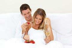 Amoureux buvant Champagne avec des fraises Photo libre de droits