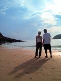 Amoureux dans le bord de la mer Image stock