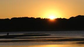 Amoureux dans le coucher du soleil photographie stock