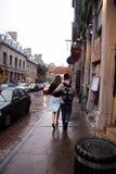Amoureux descendant la rue pluvieuse Photo libre de droits