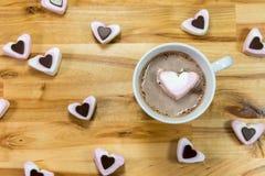 Amoureux et boisson de chocolat chaud pour des valentines flatlay Photo libre de droits