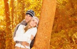 Amoureux heureux en stationnement d'automne Images libres de droits