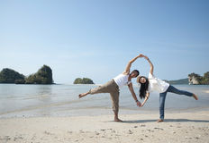 Amoureux : Jeune femme heureux en mer Photo stock