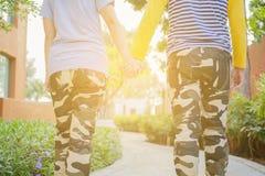 Amoureux marchant main dans la main Image stock