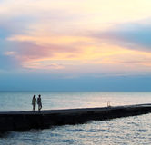 Amoureux, mer et coucher du soleil Photographie stock libre de droits