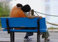 Amoureux près des lacs Photos libres de droits