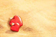Amoureux sur la lumière chaude de plage de sable Amour abstrait de fond Photographie stock libre de droits
