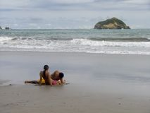 Amoureux sur la plage photo libre de droits