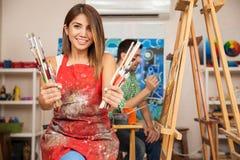 Amours mignons d'étudiant en art à la peinture image stock