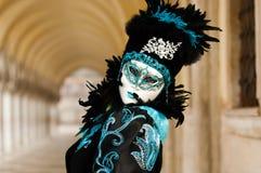 黑&蓝色服装的被掩没的妇女 库存图片