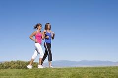 , & Oefening vrouwen die lopen aanstoten Stock Foto