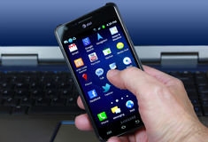 AT&T Smartphone mit Sozialmedia-Ikonen Stockfotos