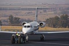 & Vliegtuig dat sleept parkeert Royalty-vrije Stock Foto