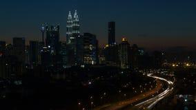 Ampang Kuala Lumpur Elevated Highway AKLEH med stadshorisont i Malaysia på solnedgångblått Timelapse stock video