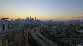 Ampang Kuala Lumpur Elevated Highway AKLEH med stadshorisont i Malaysia på solnedgångblåtttimmen Timelapse lager videofilmer