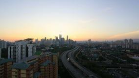 Ampang Kuala Lumpur Elevated Highway AKLEH med stadshorisont i Malaysia på solnedgångskymning Timelapse 1080p arkivfilmer