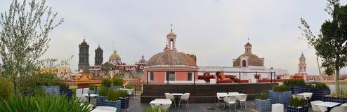 Amparo博物馆屋顶咖啡馆有大教堂的 图库摄影