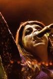 Amparo sanchez med Calexico den levande konserten i Italien, Ariano irpino arkivbilder