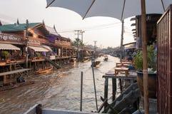 Ampawaen som svävar marknaden på solnedgångtid fotografering för bildbyråer