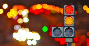 Ampel auf Lichthintergrund Stockfotos