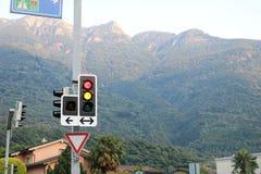 Ampel in einem Straßenabschluß oben Berg im Hintergrund Lizenzfreie Stockfotografie