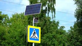 Ampel mit Fußgängerübergang-Zeichen Das Licht wird durch Solarenergie angetrieben stock video