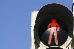 Ampel mit rotem Zeichen, damit Wanderer im städtischen Ambiente stoppen Stockbild