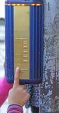 Ampel mit unterzeichnet herein Blindenschrift für die Vorhänge Stockbilder
