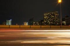 Ampel schleppt in der modernen Stadt nachts Stockbilder