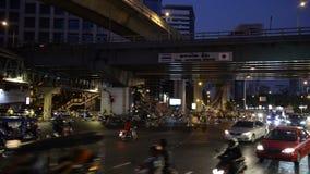 Ampel schleppt in der modernen Stadt nachts stock footage