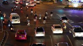 Ampel schleppt in der modernen Stadt nachts, Demokratie-Monument Thailand stock video footage