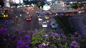 Ampel schleppt in der modernen Stadt nachts, Demokratie-Monument Thailand stock footage