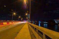 Ampel streift auf Ikoyi-Brücke Lagos Nigeria nachts stockfoto