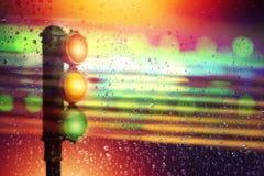 Ampel-Zeichenpfosten, der durch unscharfe Windschutzscheibe schaut Stockfotos