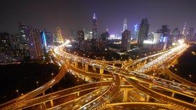 Ampeln schleppen auf Überführungsbrücke nachts, modernes Gebäude Shanghais stock video footage