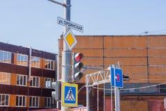 Ampeln und Verkehrsschilder auf einem Pfosten Lizenzfreie Stockfotos